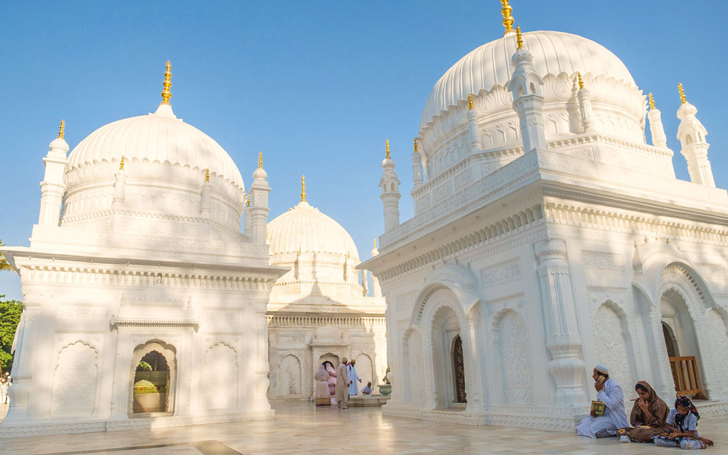 Built all in white with cool marble floors, the serene Dargah e Hakimi complex offers a welcome respite from Burhanpur's searing afternoon summer heat.