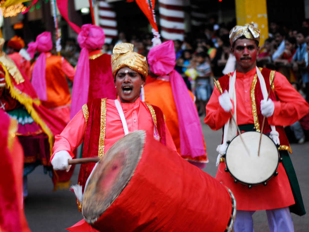 With irresistible beatings of the drums, festive goers take to the streets of Goa during Shigmotsav. Photo by: ©Kelvin Webb / Alamy/Alamy Collection/India Pictures