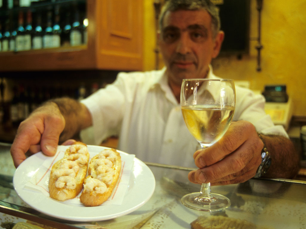 Rueda white wine is a perfect accompaniment to cheesy sauces. Photo by ©Alberto Paredes/Alamy/indiapicture.