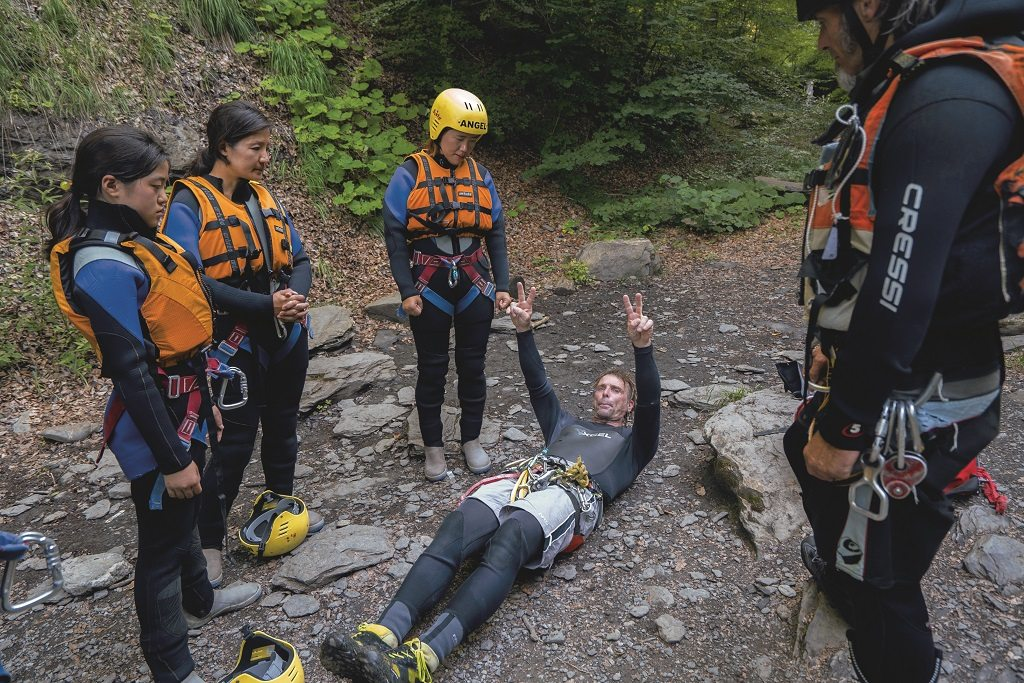 Instructor demonstrates the safe postures for canyoning