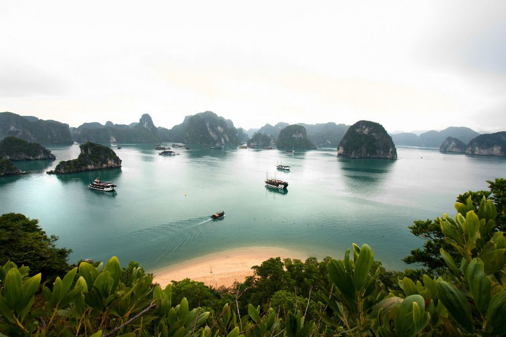 Halong Bay's stunning natural beauty attracts thousands of tourists every year. Photo: Lawrence Murray/Flickr/Creative Commons (http://bit.ly/1jxQJMa)