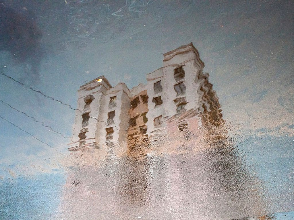 building reflection, photo by Buvanesh Subramani