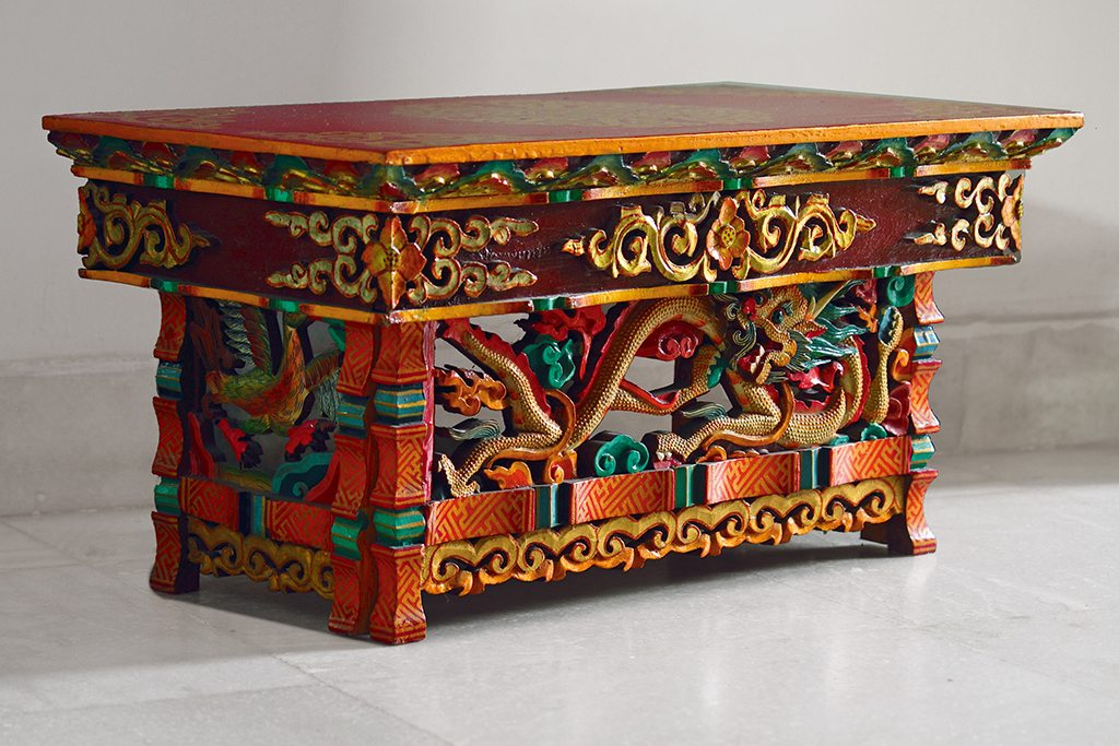 Dragon-embossed tables