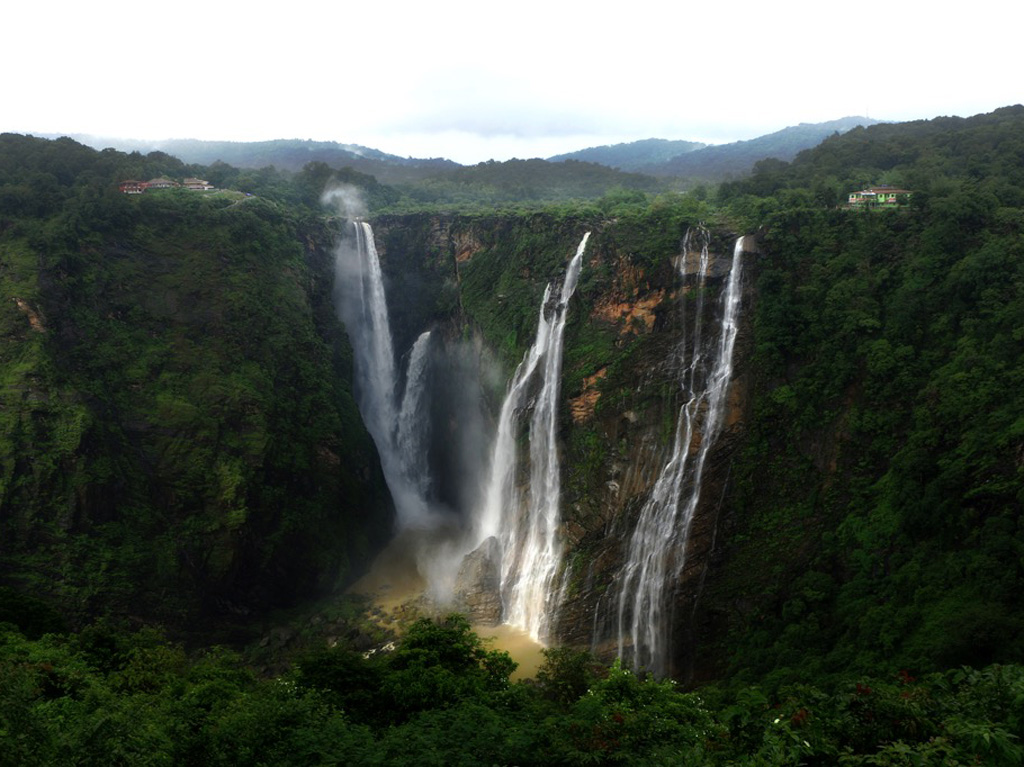 It's not the monsoon till you don't spy waterfalls. This one is the iconic Jog Falls in Shimoga.