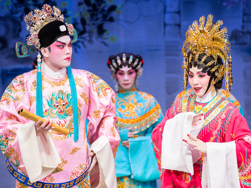 Princess Lechang (right), played by Tse Hui-ying, has been learning opera since she was eight years old. Photo Courtesy: Chinese artists association of Hong Kong