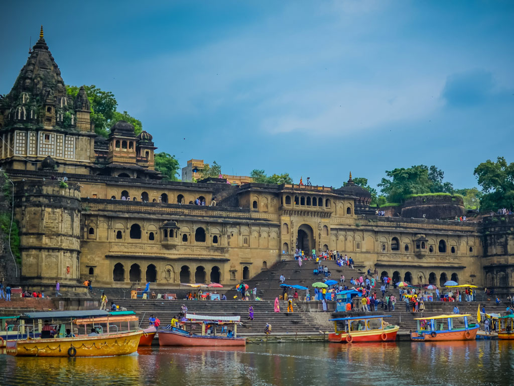 The Maheshwar Fort is on the banks of River Narmada and is popular with tourists, with very good reason. If  you are in Maheshwar, do buy the saris.