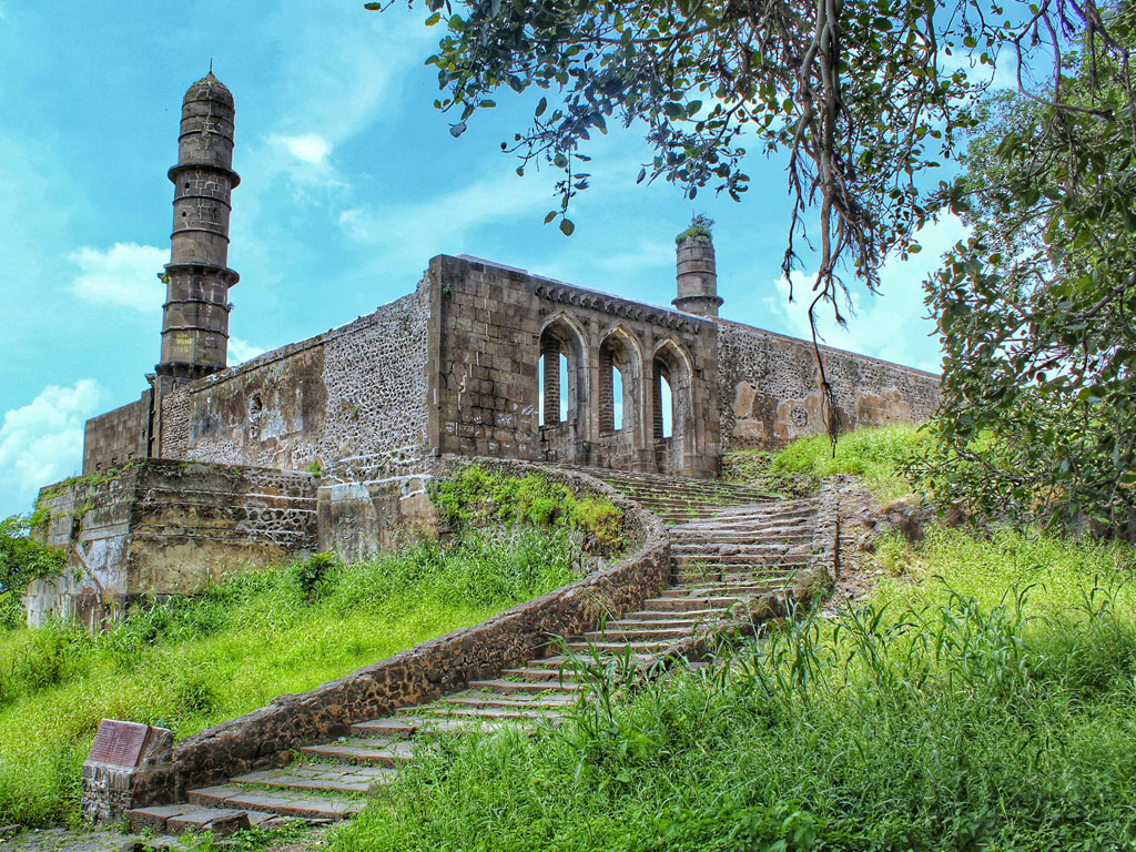 A lesser-known fort in Madhya Pradesh, the Asirgarh Fort has been a part of many battles. It is located next to Burhanpur, and was once a Deccan stronghold.